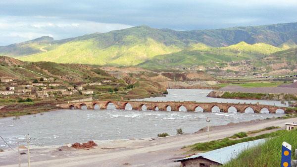 پل-تاریخی-خداآفرین-بر-روی-رودخانه-ارس